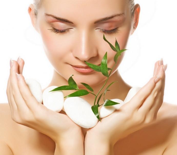 Женщина с растением в руках